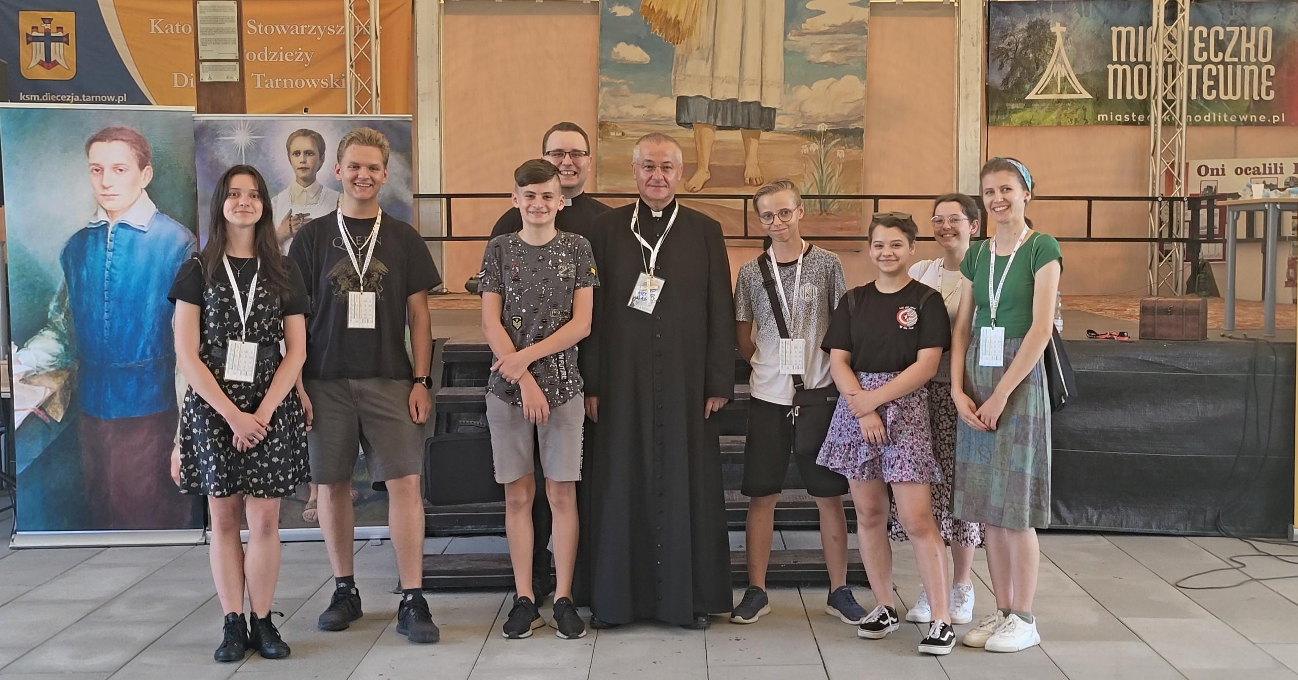 Młodzież z Biskupem Arturem Ważnym